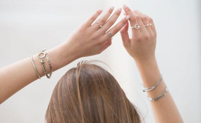 צמידים וטבעות המשלבים צ'ארמים, קריסטלים והרבה גלאם